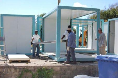 Montage d'un bungalow en kit pour base vie de chantier